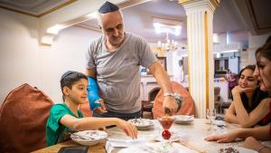 Visiting the Jewish Musazadeh family in Tehran (photo: Jan Schneider)