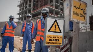 Nepalese labourers on a building site in Qatar (photo: Sam Tarling/DW)