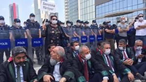 Turkish lawyers stage a sit-in in front of a police barricade, Ankara, June 2020 (photo: DW/H. Köylü)
