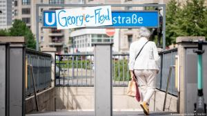 """A homemade sign changes the name of the Berlin underground station """"Mohrenstrasse"""" to """"George-Floyd-Strasse"""" (photo: picture-alliance/dpa/K. Nietfeld)"""