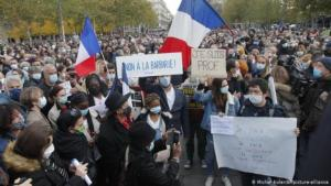 People march in Paris in tribute to Samuel Paty (photo: Michel Euler/AP/picture-alliance)