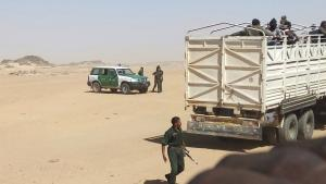 Algerian police transport refugees across the border with Niger (photo: dpa)