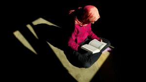Woman reading the Koran in a mosque in Dresden, Germany (photo: picture-alliance/dpa)