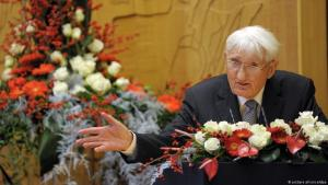 Philosopher and sociologist Juergen Habermas expresses his gratitude for the Heine Prize in Düsseldorf (North Rhine-Westphalia) on 14 December 2012 (photo: dpa)