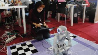 An Iranian student operating a robot during the International Iran Robocup 2016 (photo: picture-alliance/dpa)