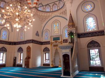 """Interior of Tokyo Camii mosque (photo: Guilhelm Vellut; licence to reproduce as per """"Attribution 2.0 Generic"""" (CC BY 2.0))"""